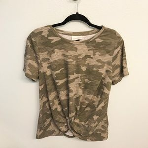 Universal Thread Camo Front Knot Tee size L